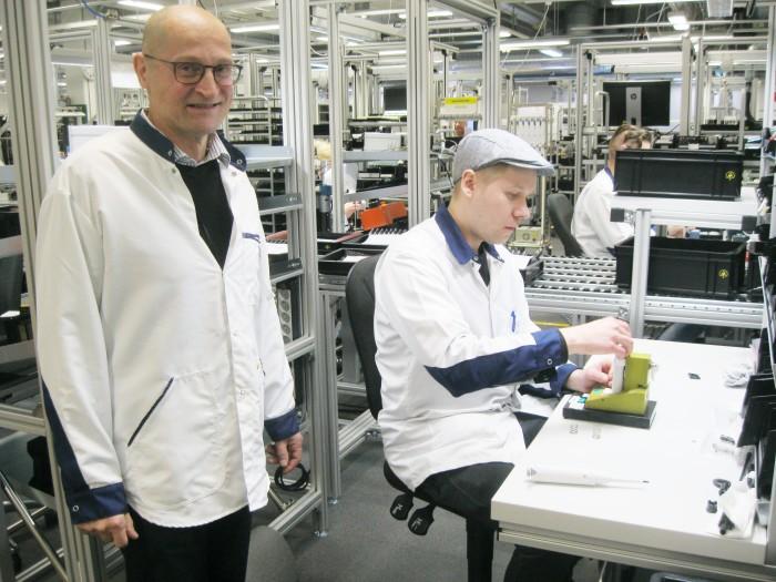 Sartorius Biohit Liquid Handling Oy:n Kajaanin tehdaspäällikkö Pertti Pulkkinen ja koulutuksen avulla yritykseen työllistynyt Jukka Huovinen