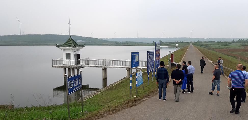 Suomalaisten patoturvallisuuden asiantuntijoiden kokousmatka Nanjingissa, Kiinassa. Kuvassa kokousväki tutustumassa Hongshan padolla.
