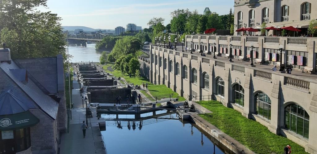 Kuvassa Rideau niminen kanaali, joka sijaitsee Ottawan keskustassa.