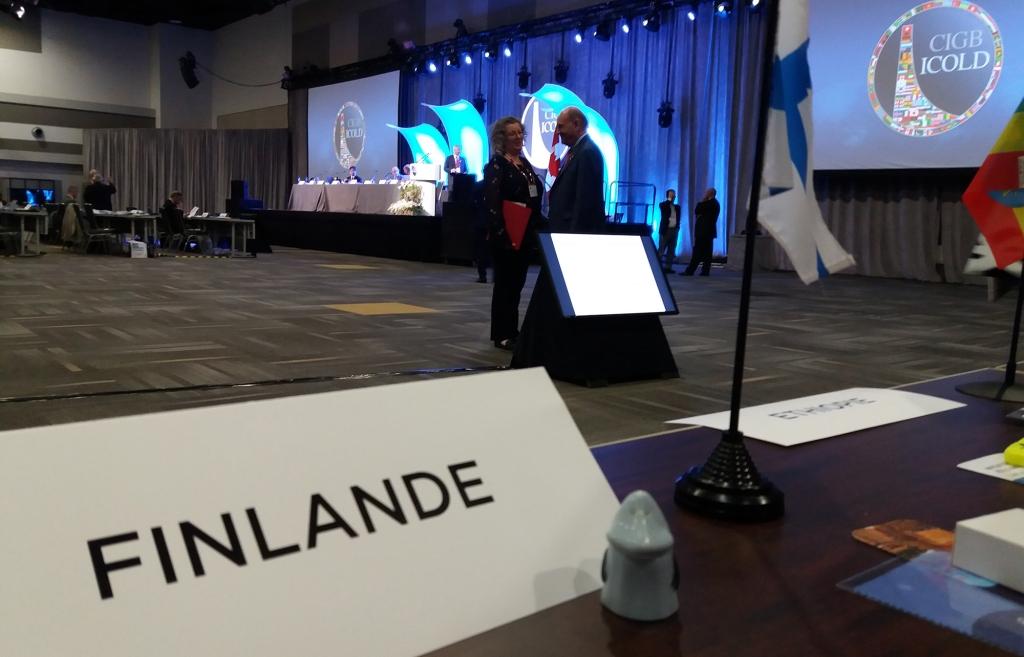 Kuva vuosikokouksesta ja suomalaisten kokouspöydän ääreltä.
