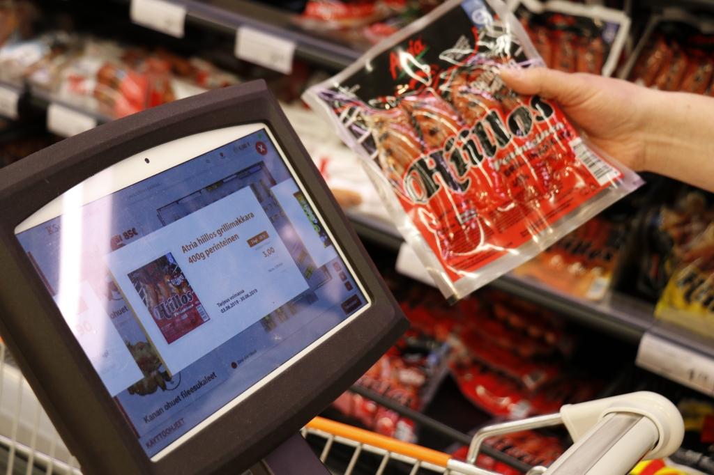 Ostoskärryyn kiinnitetty elektroninen hintanäyttö näyttää tuotteen hinnan ja sijainnin.