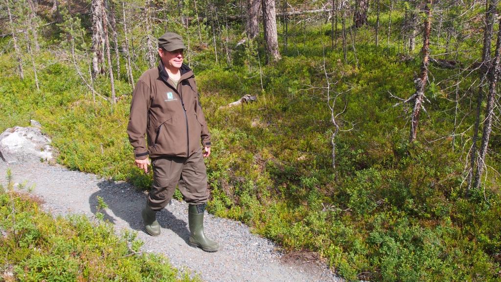 Luontovalvoja Tapani Seppänen kävelee Julma-Ölkyn poluilla, joita on parannettu.
