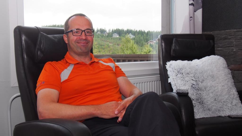 Ukkohallan Oy:n toimitusjohtaja Kimmo Kyhälä istumassa nojatuolissa uudessa Sky Cabin mökissä. Kainuun ELY-keskuksen ja Kainuun Leader -ryhmien yhteisessä tiedotuslehti Vekkarissa esitellään maaseudun kehittämisohjelmassa rahoitettuja hankkeita.