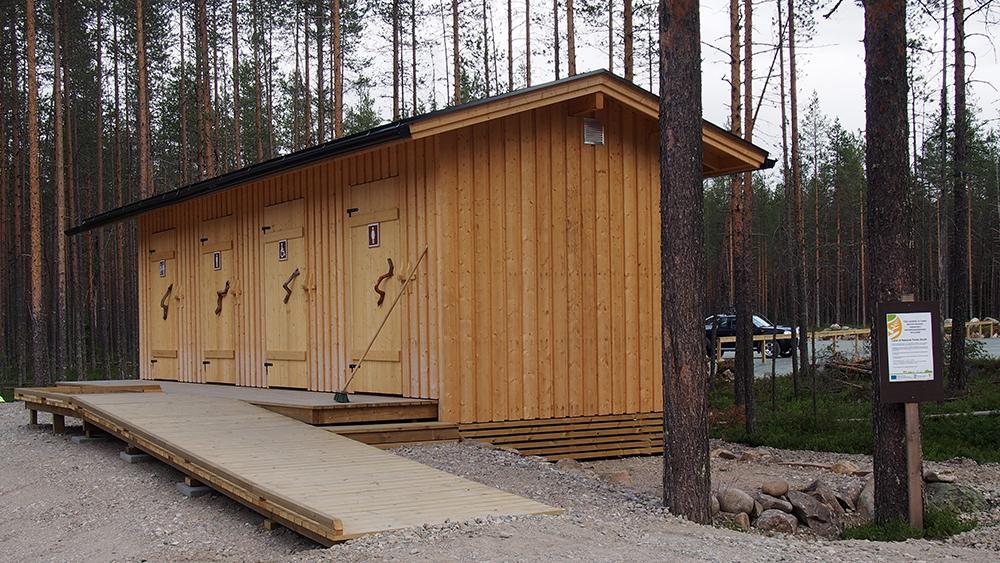 Hankerahalla rakennettu käymälärakennus, jonne johtaa luiska myös liikuntaesteisille käyttäjille.